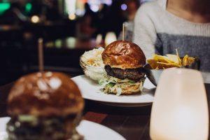 Makan Burger di Malam Hari Apa Resikonya